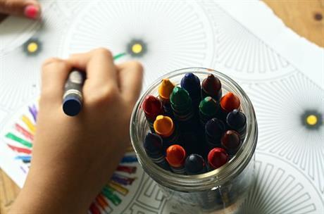 Hand, tekening en krijtjes