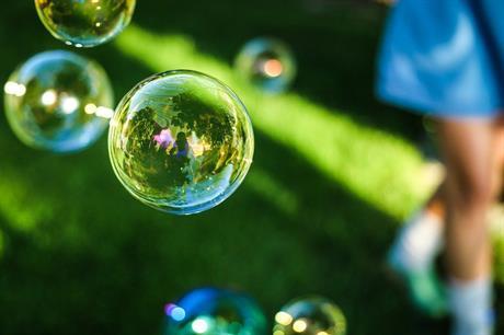 Kind met zeepbellen
