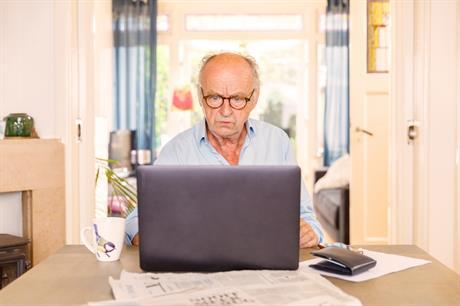 Man zit achter zijn computer