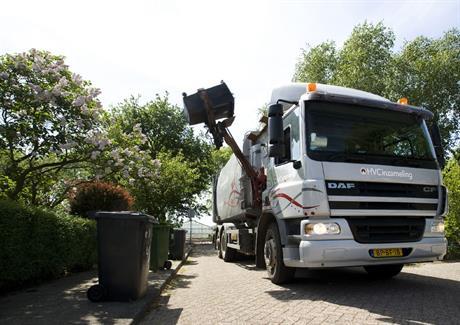 Vrachtwagen leegt afvalbak