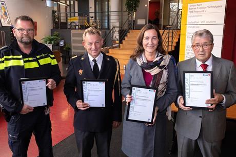 Burgemeester Mieke Baltus en vertegenwoordigers van brandweer, politie en Ondernemerscoöperatie Lelystad Airport Businesspark hebben de hercertificering in ontvangst genomen