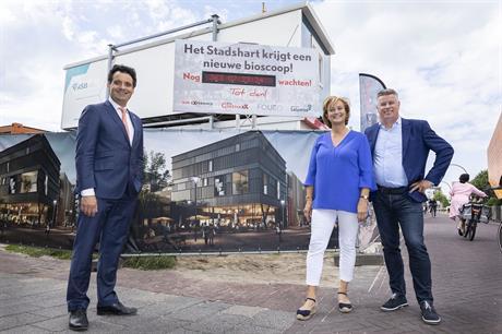 Wethouder Adam Elzakalai met Johan en Thea Kok op de plek waar de bioscoop wordt gebouwd