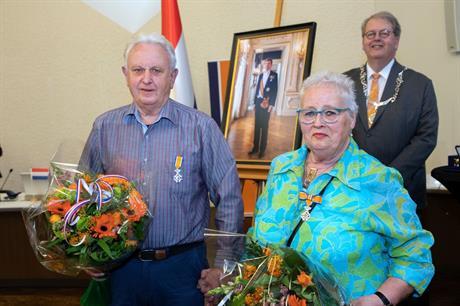 Een bijzonder moment voor het echtpaar Rinus en Ali Gulaij-Zondag. Beiden ontvingen een koninklijke onderscheiding uit handen van burgemeester Henry Meijdam