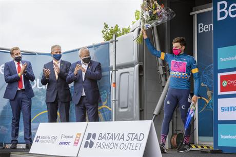 Wethouder Sport Jack Schoone (2e van links op de foto) bij de huldiging van de winnaar van de tijdrit