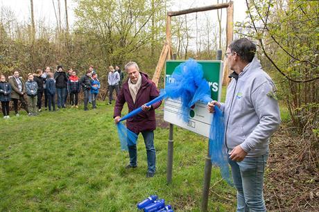 Foto-onderschrift: Wethouder Jack Schoone verrichtte samen met Roel van der Schee, trainer bij Batavia Swim, de officiële opening van de opgeknapte trimbaan. Foto: Fotostudio Wierd.