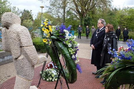 Burgemeester Meijdam legde een krans namens het college van de gemeente Lelystad bij het monument in het Stadspark