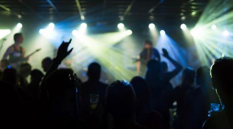 Dansend publiek bij optreden band