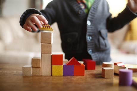 Jongetje speelt met blokjes