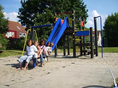 Kinderen op een speeltoestel