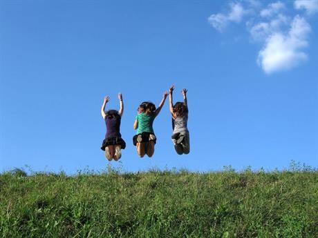 Kinderen springen in de lucht