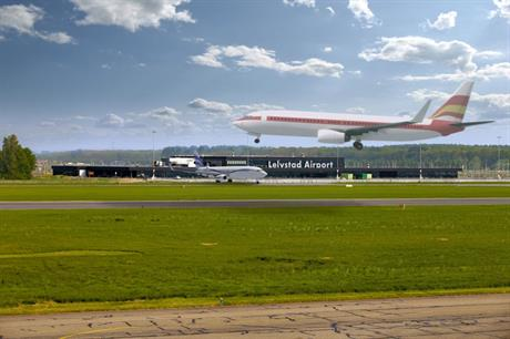 Impressie van landend vliegtuig op Lelystad Airport
