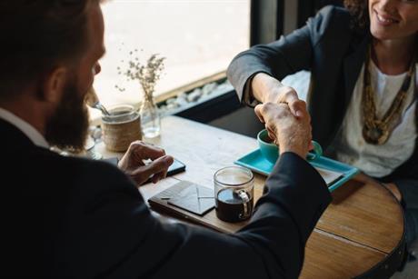 Man en vrouw aan tafel