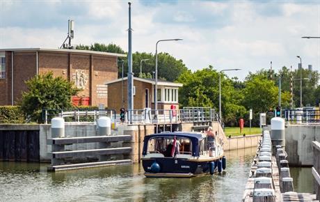 Plezierjacht vaart sluis bij Lelystad Haven in