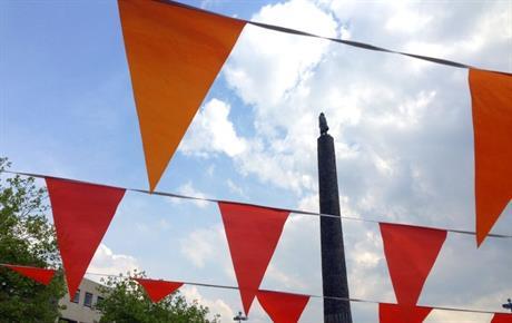 Oranje vlaggen op Stadhuisplein