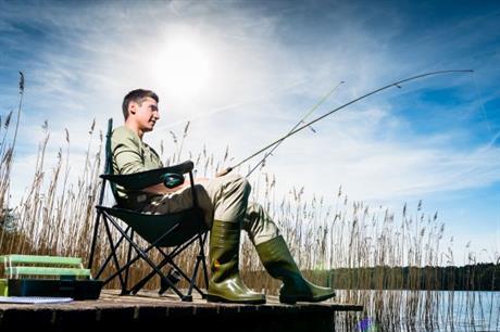 Vissende man aan waterkant