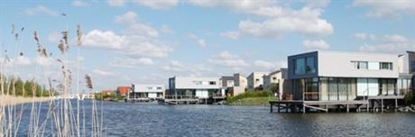 Woningen aan het water in de Landstrekenwijk