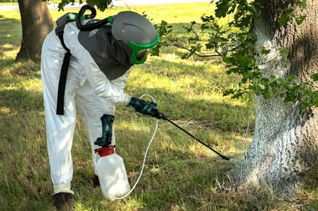 Bindmiddel wordt op de nesten gespoten