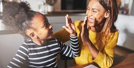 Moeder en dochter geven high five